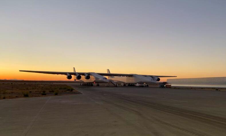 世界上翼展最大的双体飞机Stratolaunch第二次升空